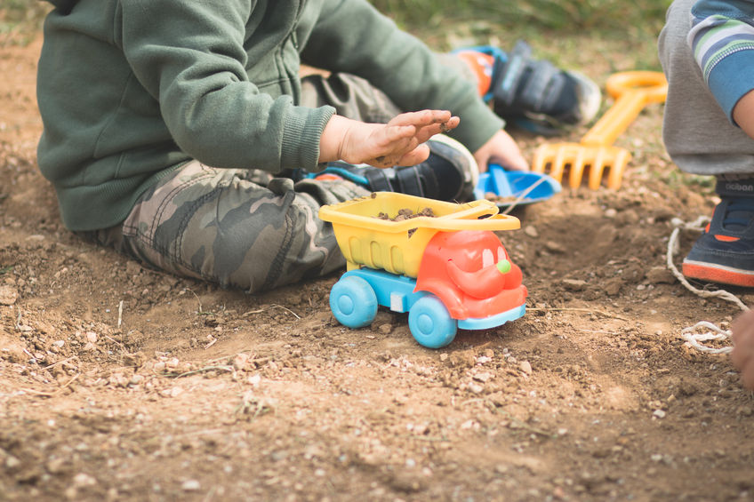 Looking for some inexpensive fun? Here are ten frugal summer activities for kids. There's something on the list for kids of all ages!